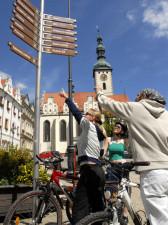 cyklisté před městským orientačním značením